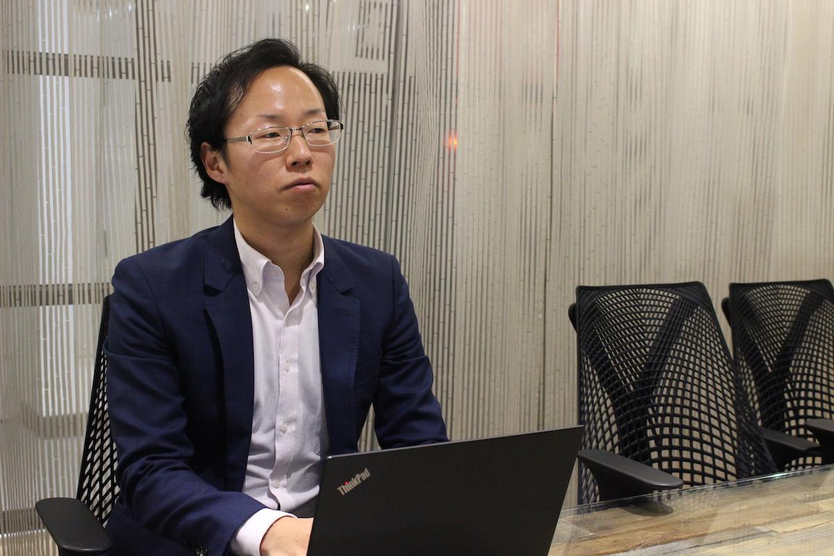 日野陽一氏のインタビュー風景