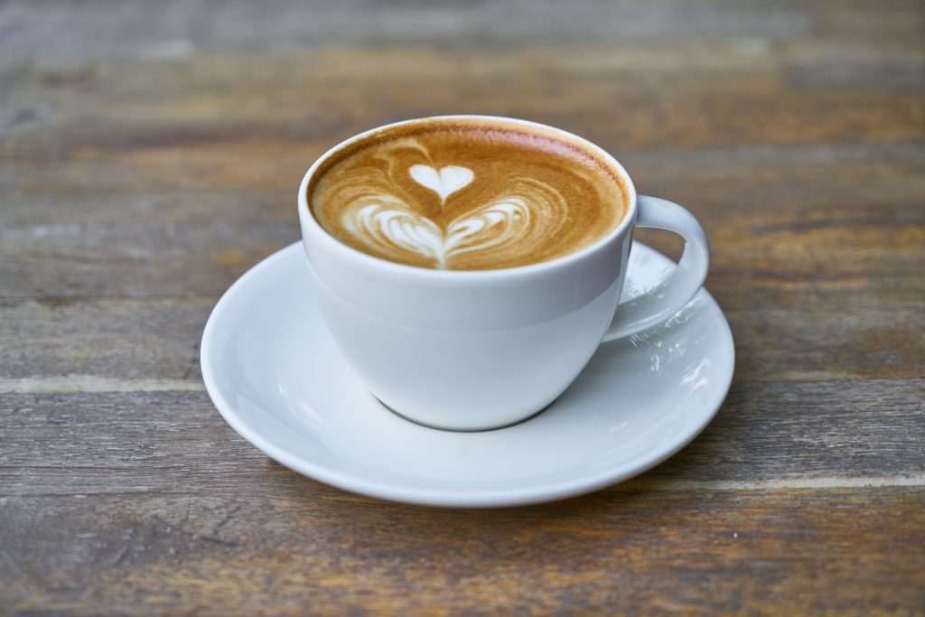 ラテアートが施されたコーヒーカップ