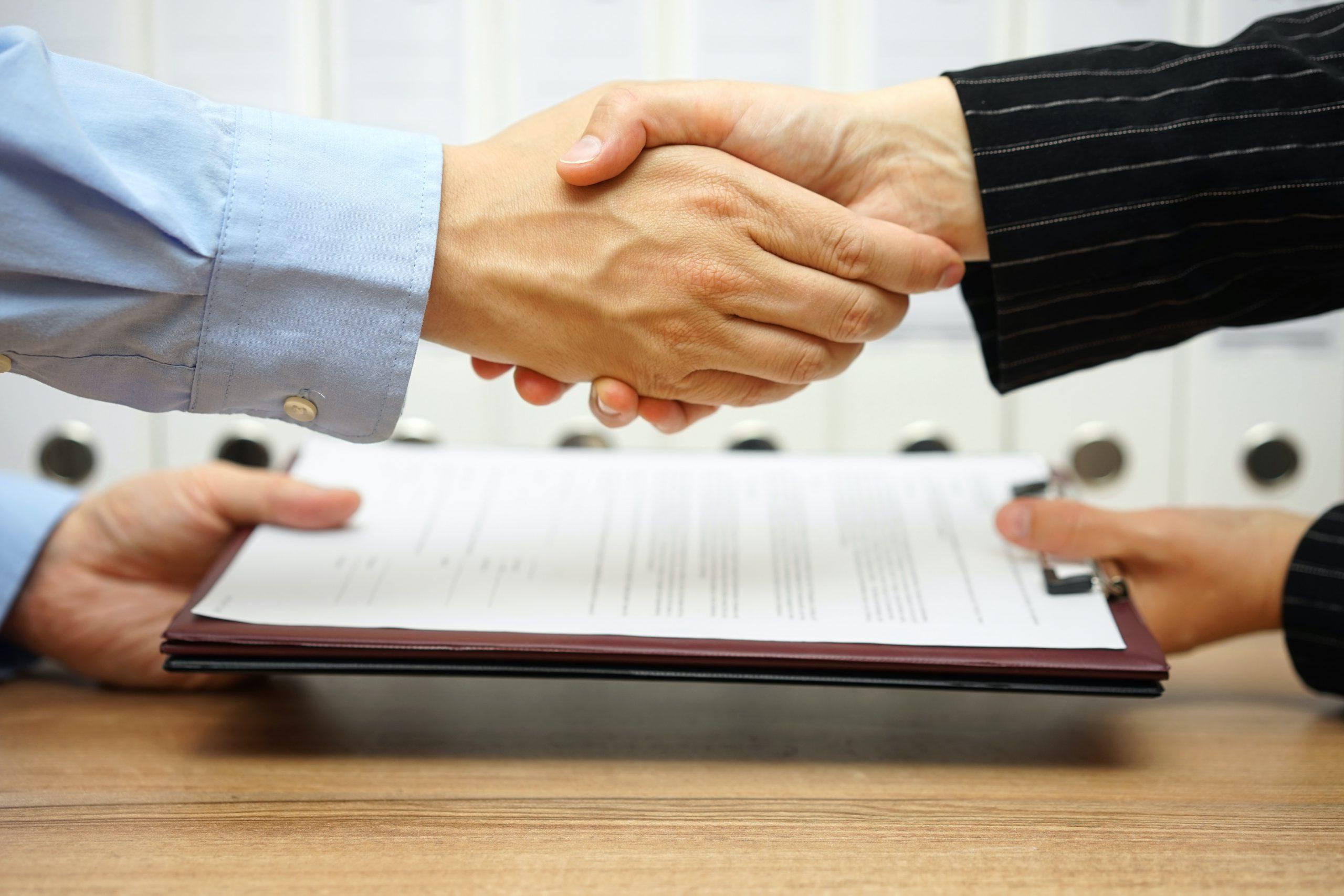 ビジネスパートナーが握手