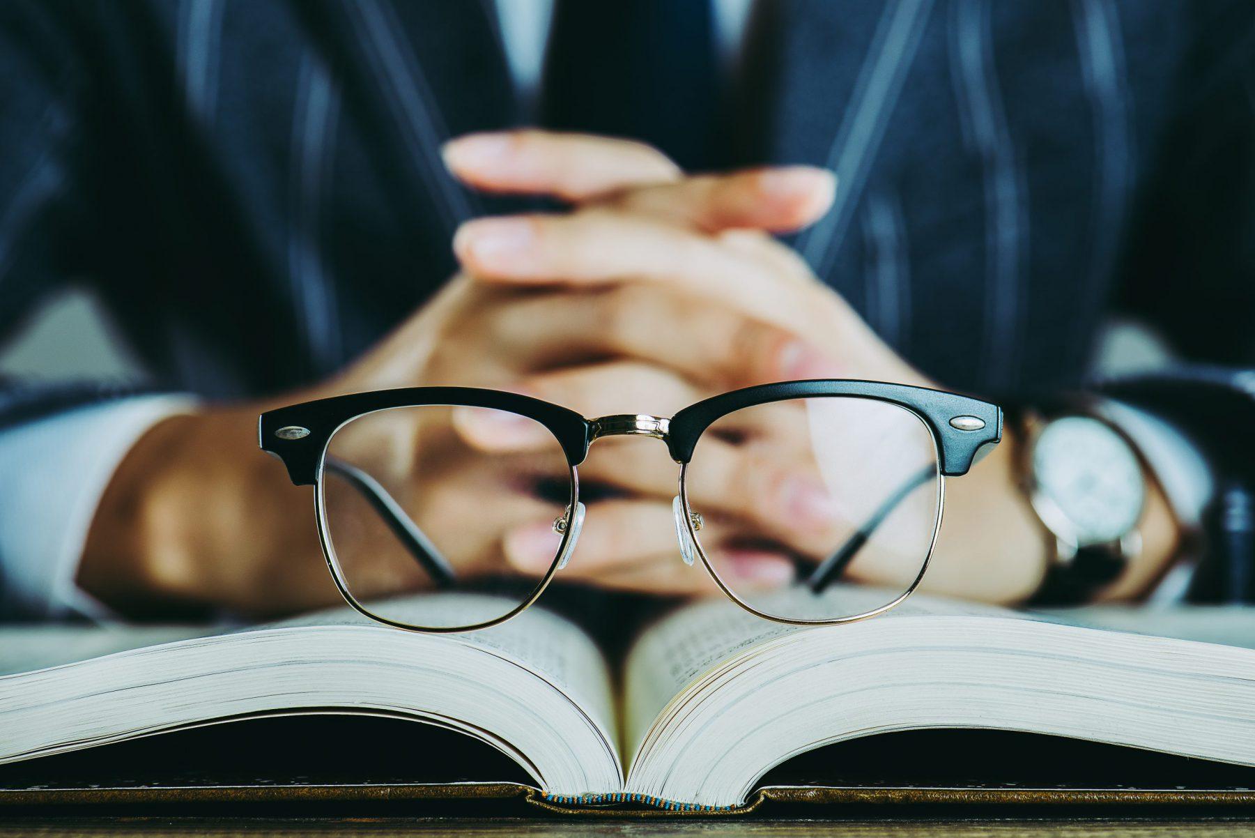 本と眼鏡 ビジネスイメージ