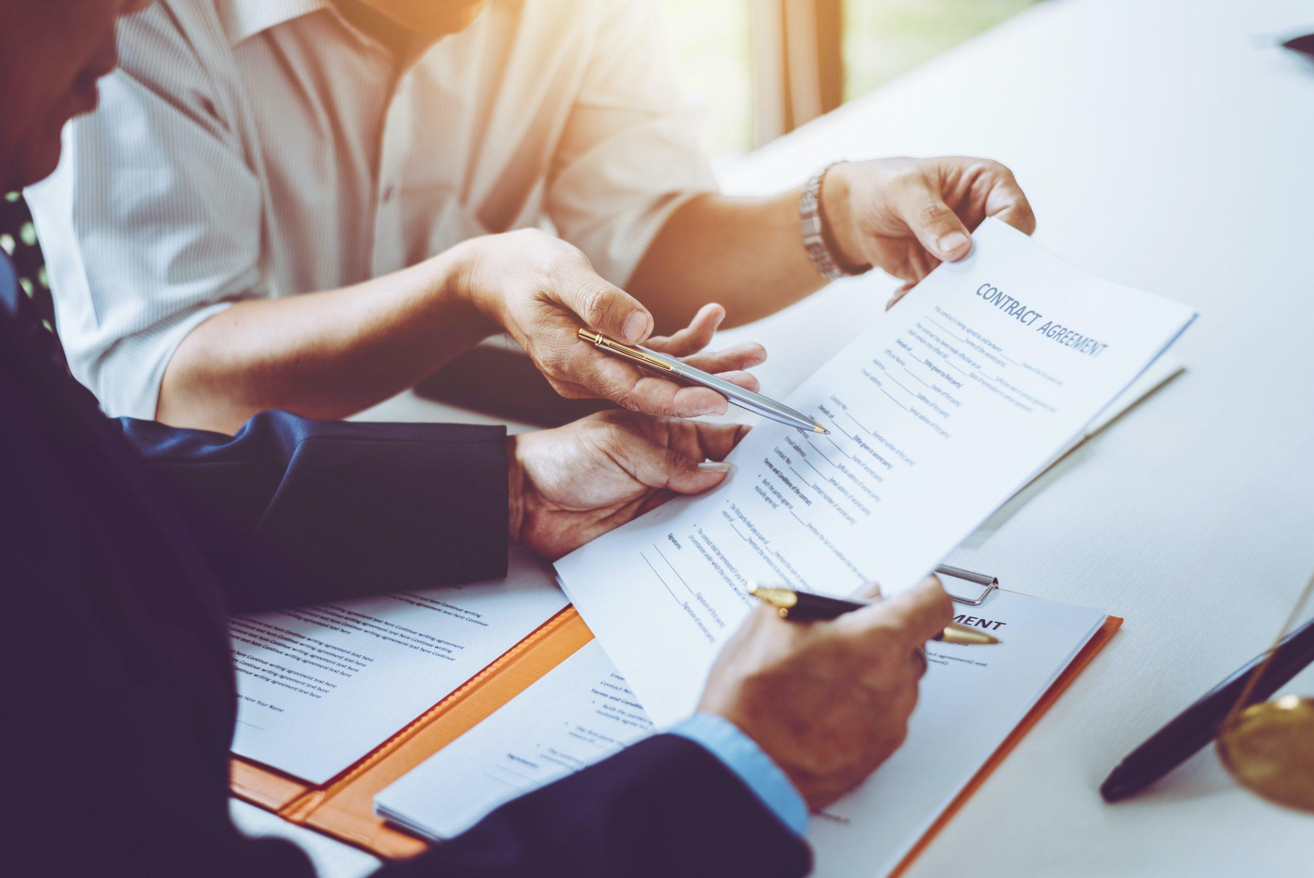 弁護士が議論し、契約に署名するグループ