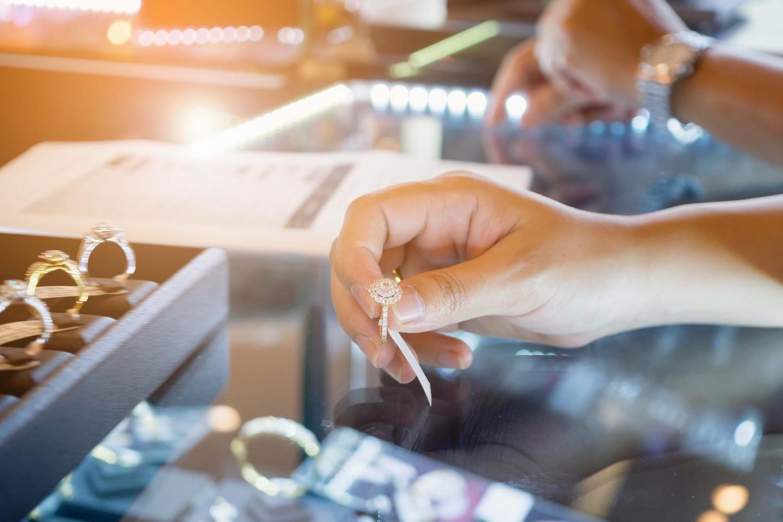 宝石店での宝石選び