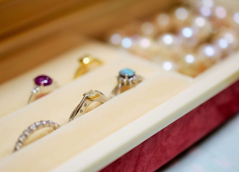 宝石店に陳列される宝石