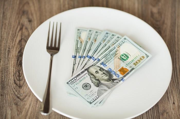 お皿の上にある紙幣