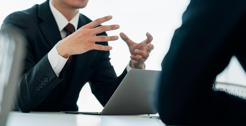 ミーティングする2人のビジネスマン