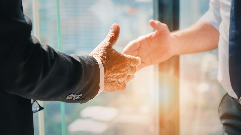 握手しようとしている2人のビジネスマン