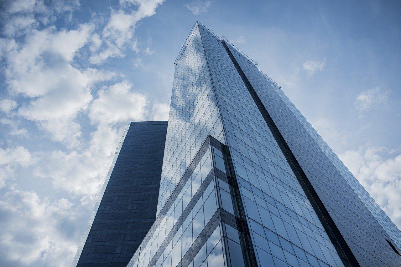高層ビルと青空