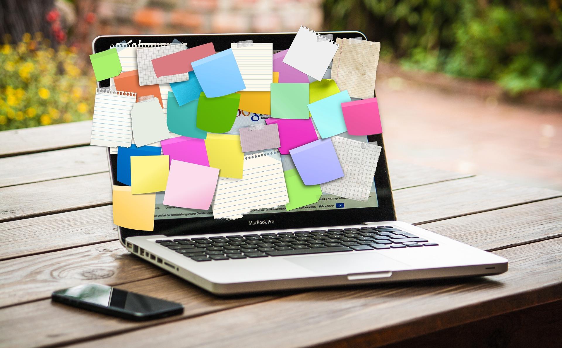 ノートパソコンとメモ用紙