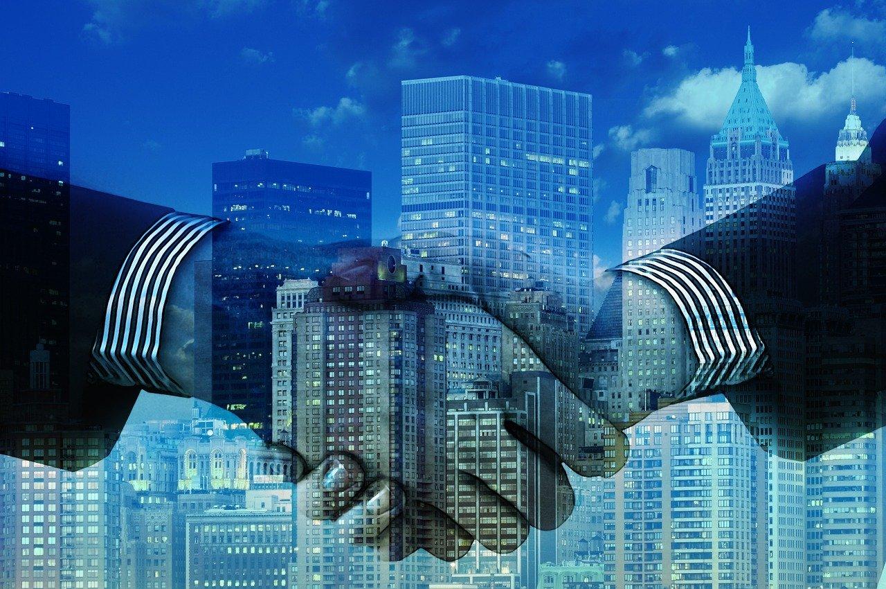 高層ビルと握手の合成写真