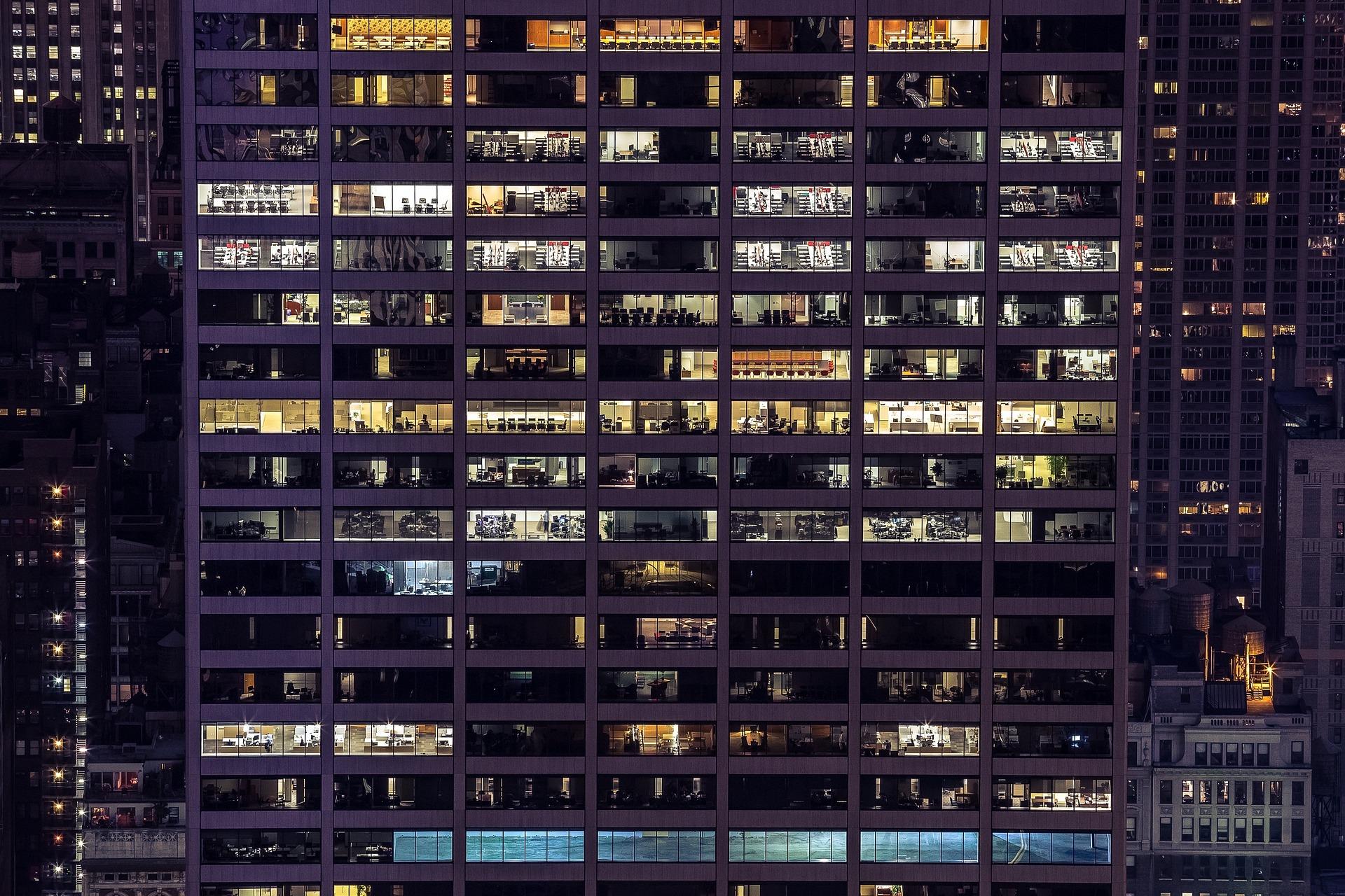高層ビルの中のオフィスの灯り