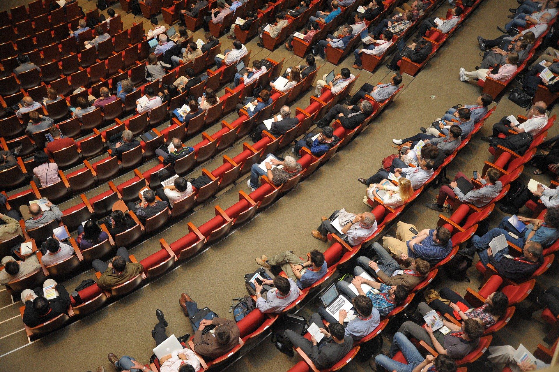 株主総会が開催されている大きな会場