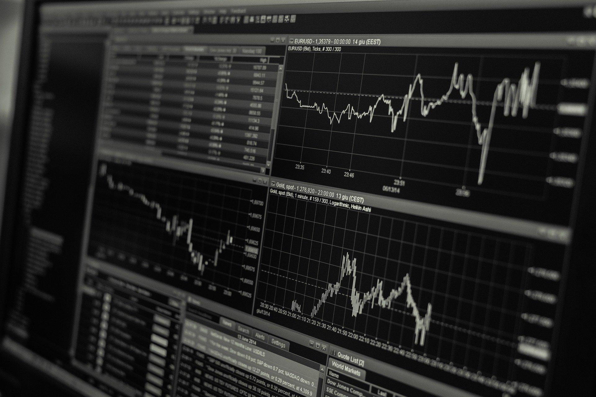 株価の推移が表示されたモニター画面
