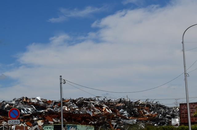 山積みされた産業廃棄物