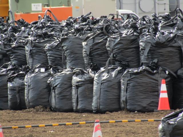 黒い袋に詰められた産業廃棄物