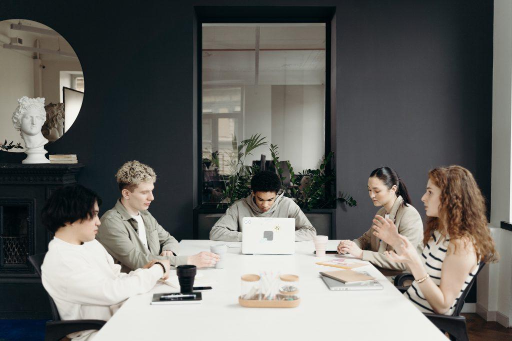 会議室で会議をする5人